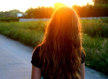 cómo quitar el brillo a una peluca sintética